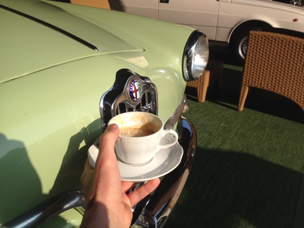 Sådan starter en god dag i Italien. Med cappuccino og en klassisk Alfa. Sådan vil jeg føle, når jeg besøger fremtidens Alfa Romeo butikker!