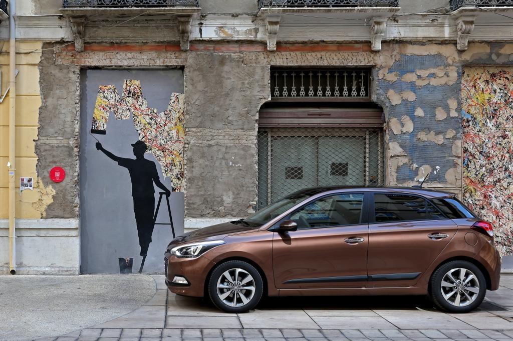 Hyundai i20 i Malaga centrum. En europæisk designet bil til europæiske kunder. Det luner i en tid hvor mantraet syntes at være globale og ens biler til alle.