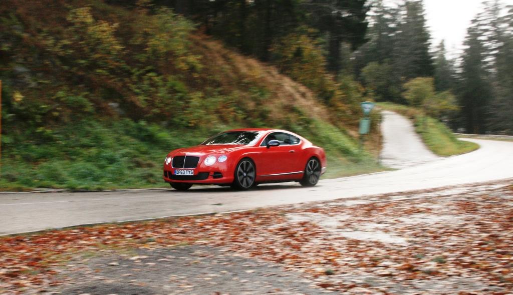 Den er hurtig men samtidigt er det hårdt arbejde, at drible den store Bentley fra kurve til kurve...