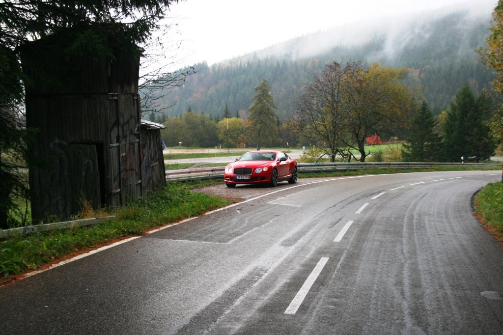 En pause til bil og chauffør. Den gamle træbygning til venstre er en tidstagerboks fra Hill Climbens storhedstid...