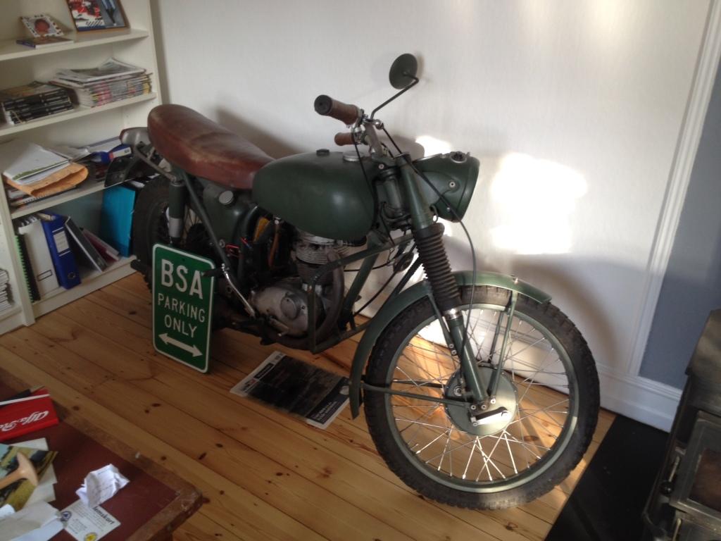 Den gamle BSA B40 fra 1967 står i hjørnet og lækker olie og spreder en inspirerende duft af inspiration...