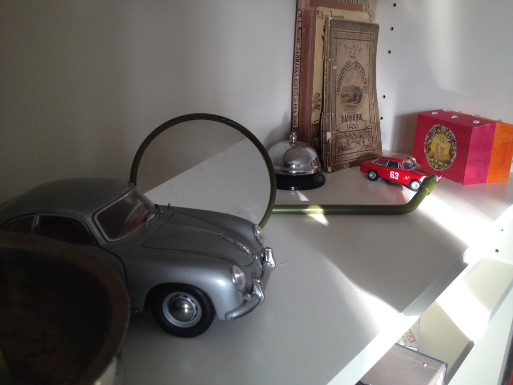 Min drømmegarage på reolen: En Porsche 356, en Alfa Romeo Giulia fra 1965 i fuldt raceornat og spejlet er fra den gamle BSA motorcykel.