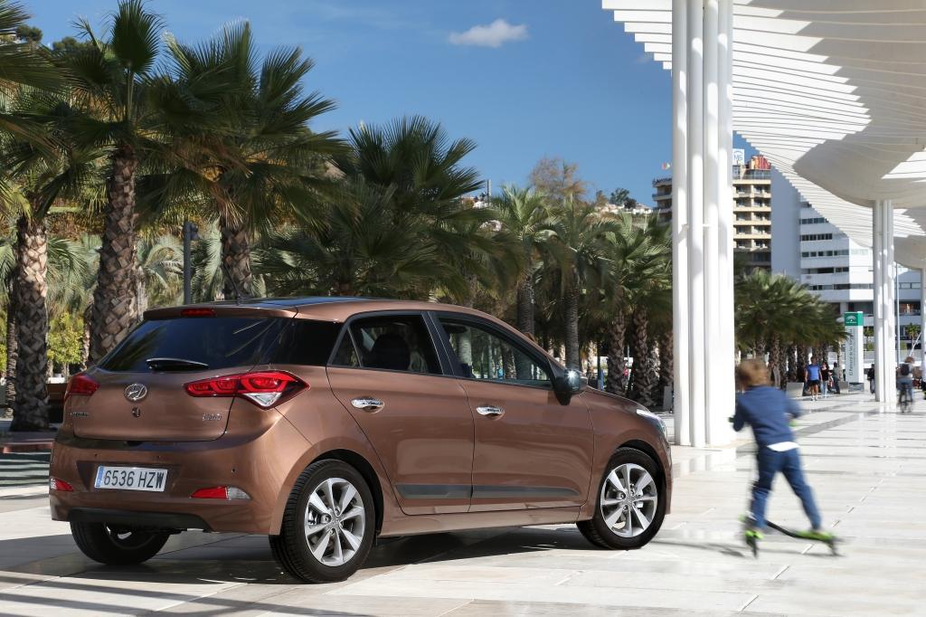 Designet er mere stramt og europæisk end nogensinde,. Den sorte C-stolpe er et godt eksempel på, at Hyundai med i20 har forsøgt at ramme den mere raffinerede og underspillede europæiske stil.