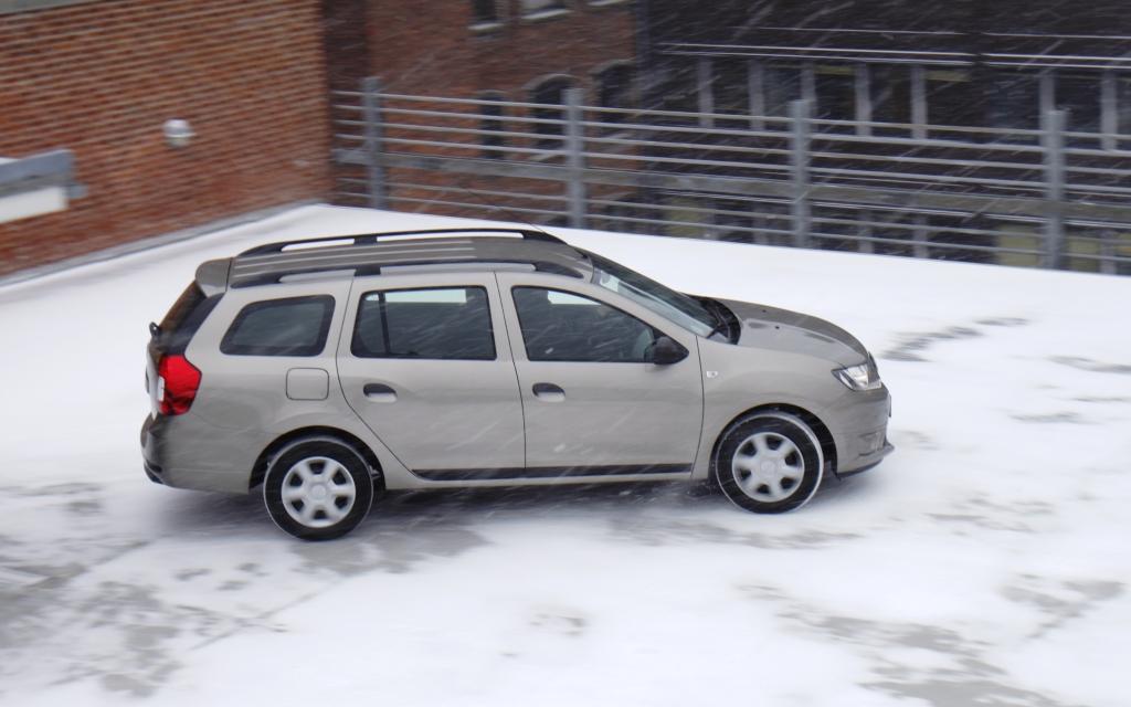 Dacia Logans problem er først og fremmest, at den er keeeedelig. Men dens længde og alibifront giver den personlighed og karakter som en hvid væg. Kombineret med triste materialer, bliver den bare kedelige knus på hjul, og det duer ikke.