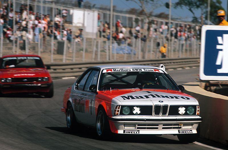 Her ses BMW 635CSI i virkelig aktion på racerbanen. En fabelagtig fed vogn!