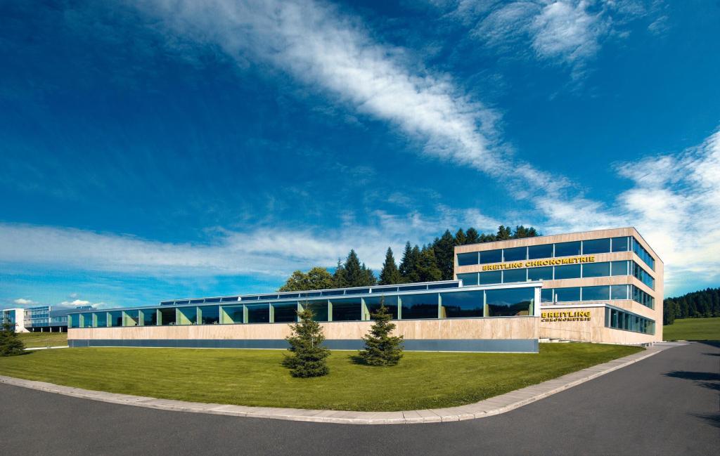 Breitlings fabrik i udkanten af La Chaux de Fonds er holdt i en stram arkitektur - i modsætning til nogle af firmaets ure, som til tider bliver en anelse for bling-agtige, på den nyrige russiske facon... (PR-FOTO)