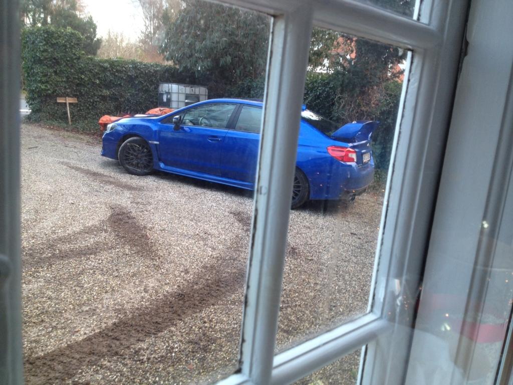 Sådan ser indkørslen ud efter et par dage. Subaru WRX STI skriger på håndbremsevendinger og hjulspin!