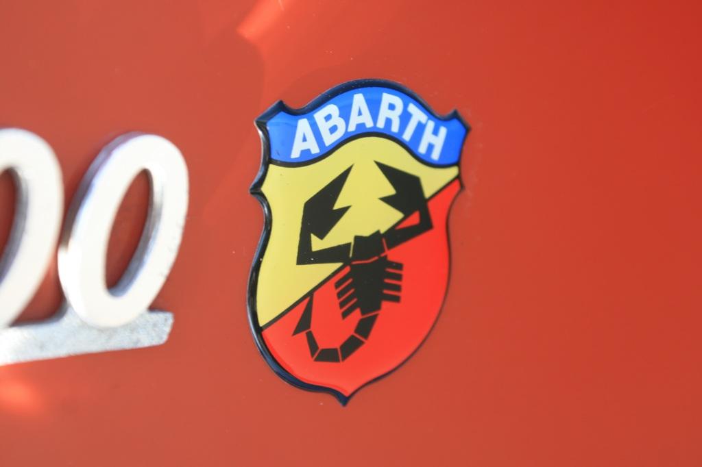 Skorpionen på den røde og gule baggrund er Abarth's logo. Arbarth er for Fiat hvad M er for BMW og AMG er for Mercedes. Afdelingen der gør hverdagsvogne til racerbiler...