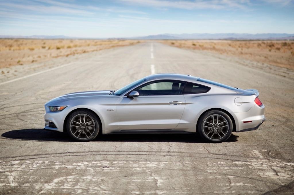 Ford Mustang 5,0 GT set fra siden. Med 426 hk til XX kr., er den et slagtilbud i kategorien hk-for-pengene!