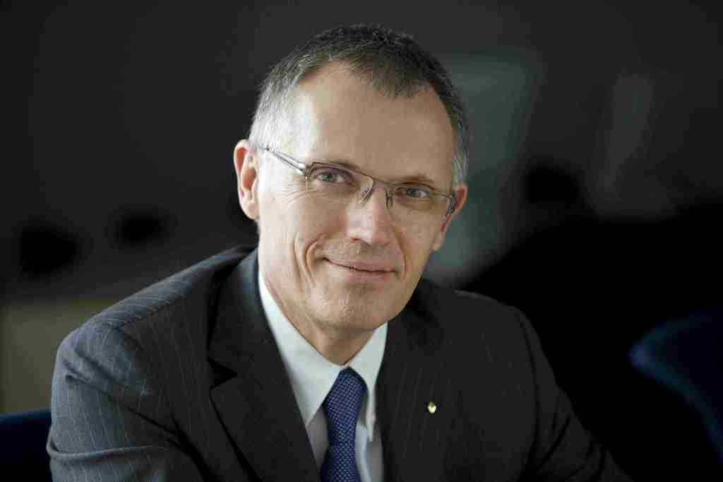 Carlos Taveres er chef hos Peugeot, og manden der har bragt løven tilbage på rette spor. Men stopper han mens legen er god? Eller slår han RCZ ihjel i jagten på profit?