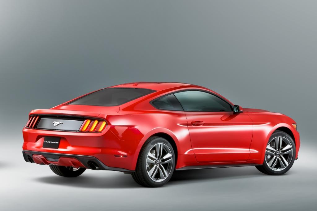 Den nye Ford Mustang ligner en klassisk sportscoupe med en laaang front, brede skærmkanter og faldende taglinje.