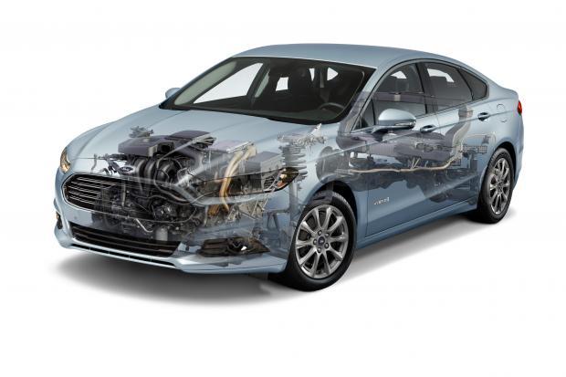 Sådan ser teknikken i Ford Mondeo Hybrid ud - under skallen. Motor, el-motor og gearkasse ude foran, og batteri nede bagi.