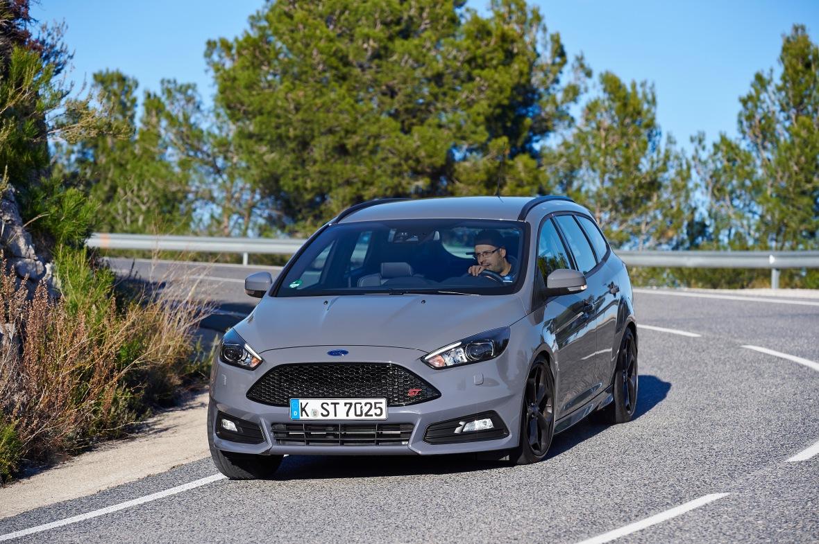 """Den grå farde er ny ST standardfarve. Den hedder """"Stealth"""" og lugter en anelse af panikalder. Især i kombination med de laksorte fælge. Men selvom testbilen har en dieselmaskine, så lever den op til sit smart-i-en-fart look, for den har masser af fart!"""