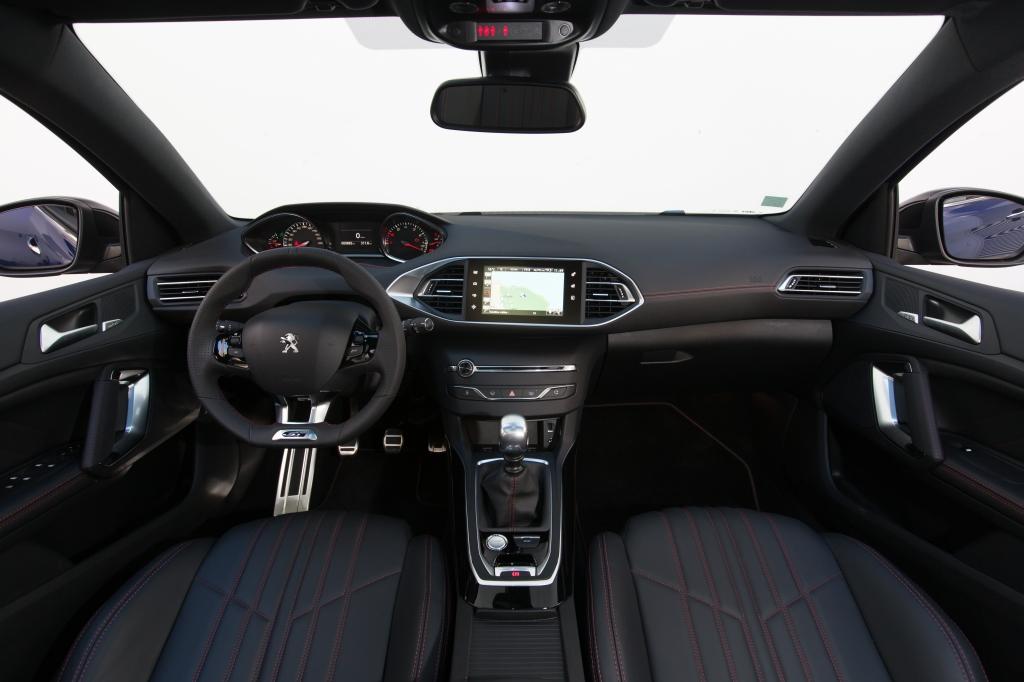 Indvendigt har 308GT fået røde syninger, alupedaler, GT-logo på det lille rat og røde syninger. Altsammen meget sportif!