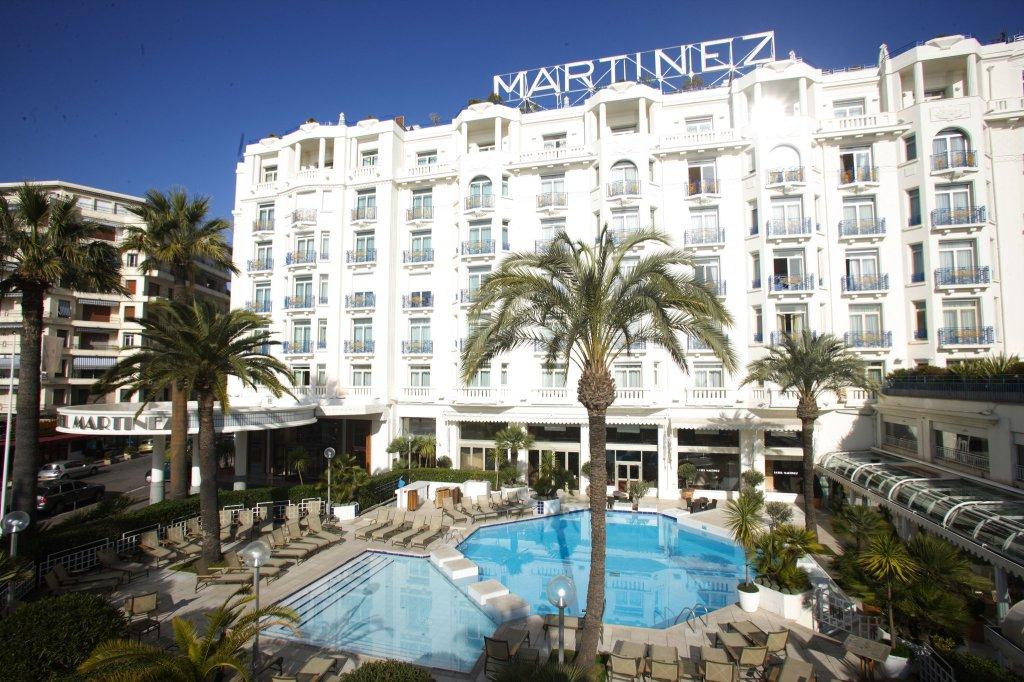 Hotel Martinez i Cannes med egen strandklub. Fest som man gjorde det i 20'erne - eller som filmfolket gør hvert år, når de rykker ind til den årlige filmfestival.