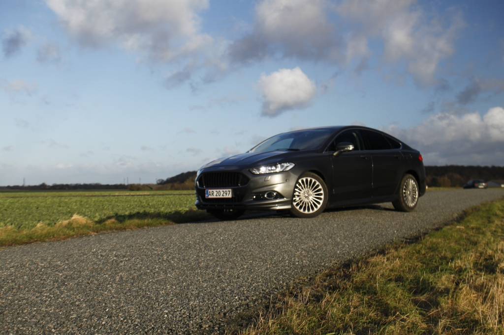 Fronten er inspiretet af Aston Martin, og den nye Mondeo deler også tydelig design-DNA med den nye Ford Mustang. Alt i alt en visuelt uhyre vellykket sag til det ellers lidt konservative firmabilssegment.