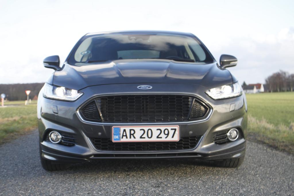 Den ligner den nye Mustang forfra. Ikke en dårlig vogn at dele ansigtstræk med.