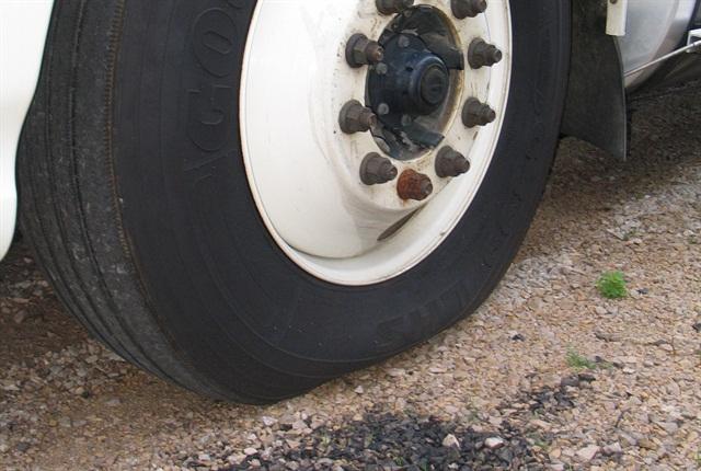 Sådan ser et halvfladt dæk ud. Det giver dårlig kontrol og al for megen rullemodstand på vejen - med ringe brændstoføkonomi til følge. Så husk at tjek dit dæktryk en gang om måneden.