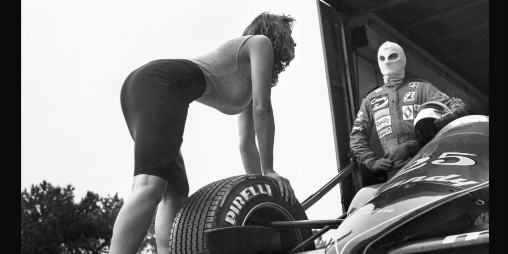 Tak til Pirelli - de har også draget mange sammenhænge mellem dæk og kvinder gennem årene...