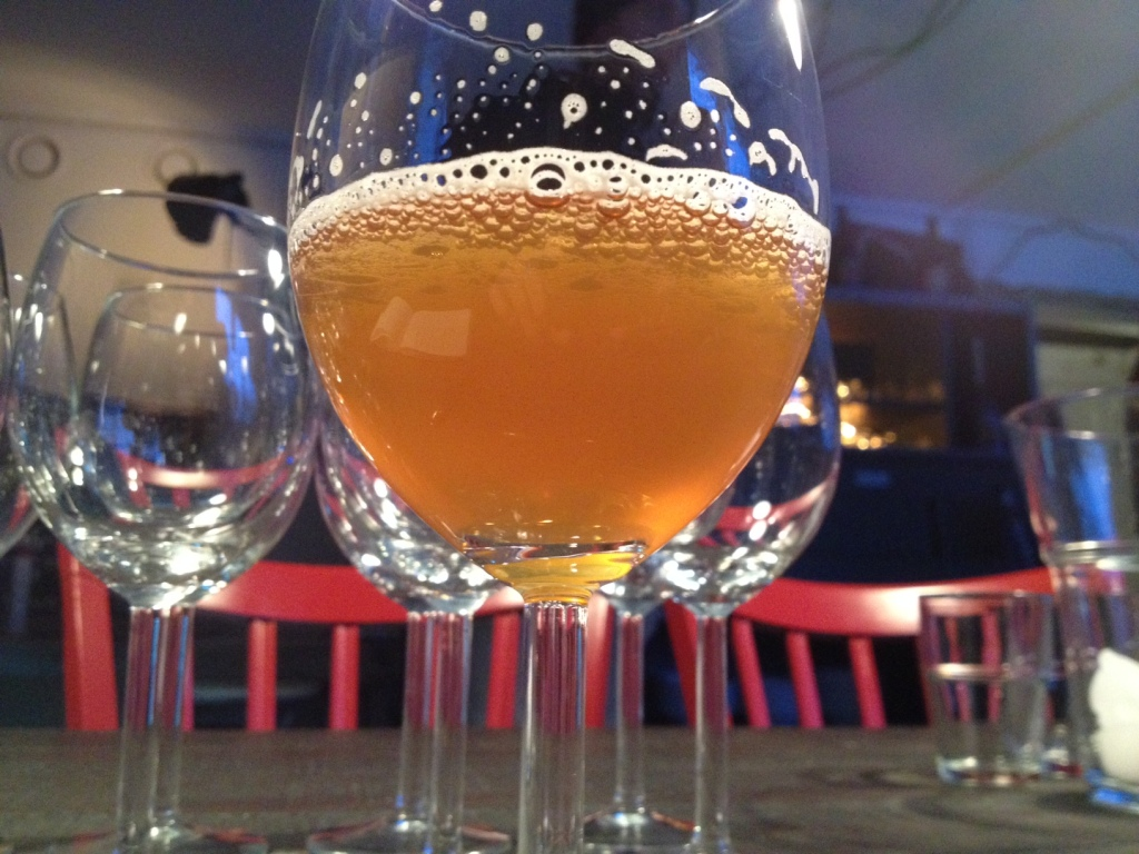 """Den besnærende """"Comunity Beer Project"""" smager fint, men det """"Gilda"""" der tager prisen blandt de tre øl fra Åre Bryggcompagni, jeg kommer igennem i David Flinks selskab."""