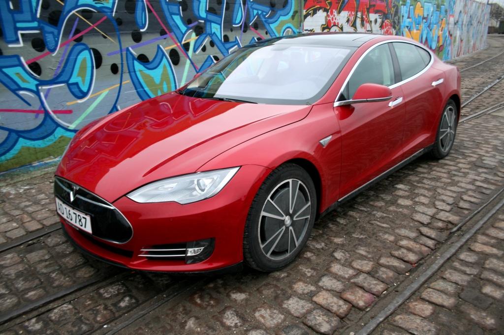 Selv med grimme fælge ser Tesla bedårende lækker ud!