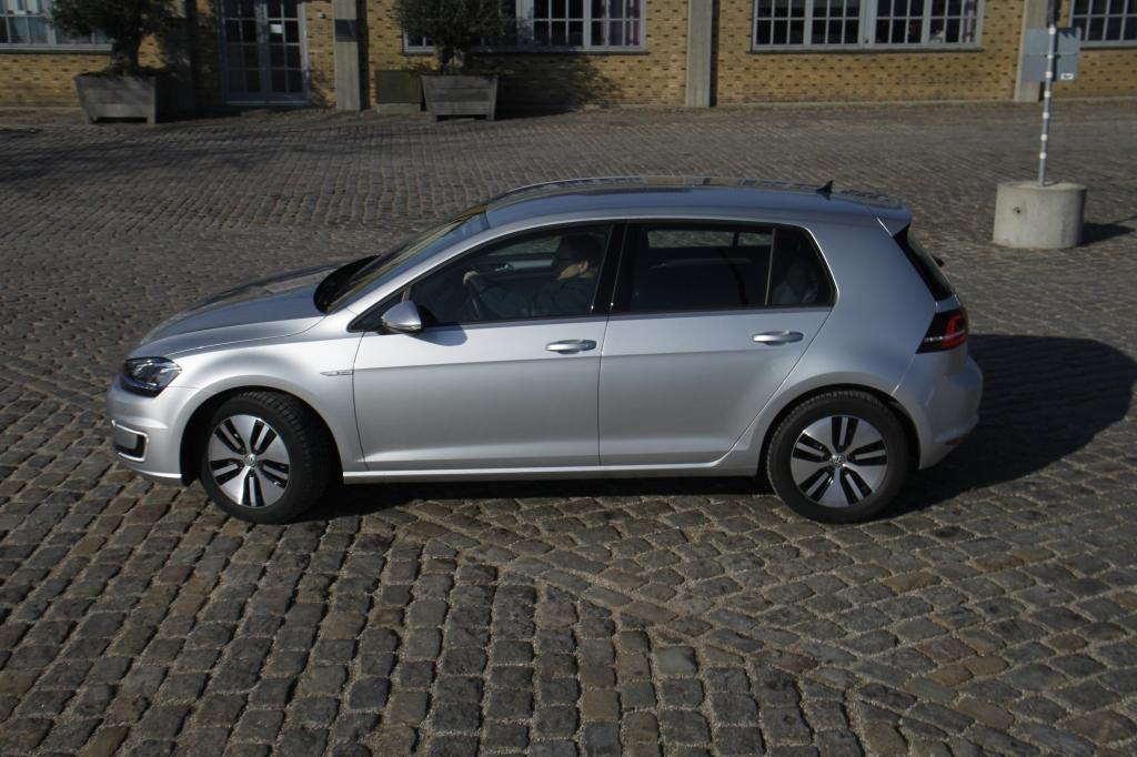 Volkswagen e-Golf ligner en helt almindelig Golf. Det er dens styrke, men samtidigt dens svaghed. For el-biler baseret på eksisterende bildesigns, er tvunget til at indgå kompromisser rene el-biler ikke gør, og det mærkes som oftest på rækkevidden.