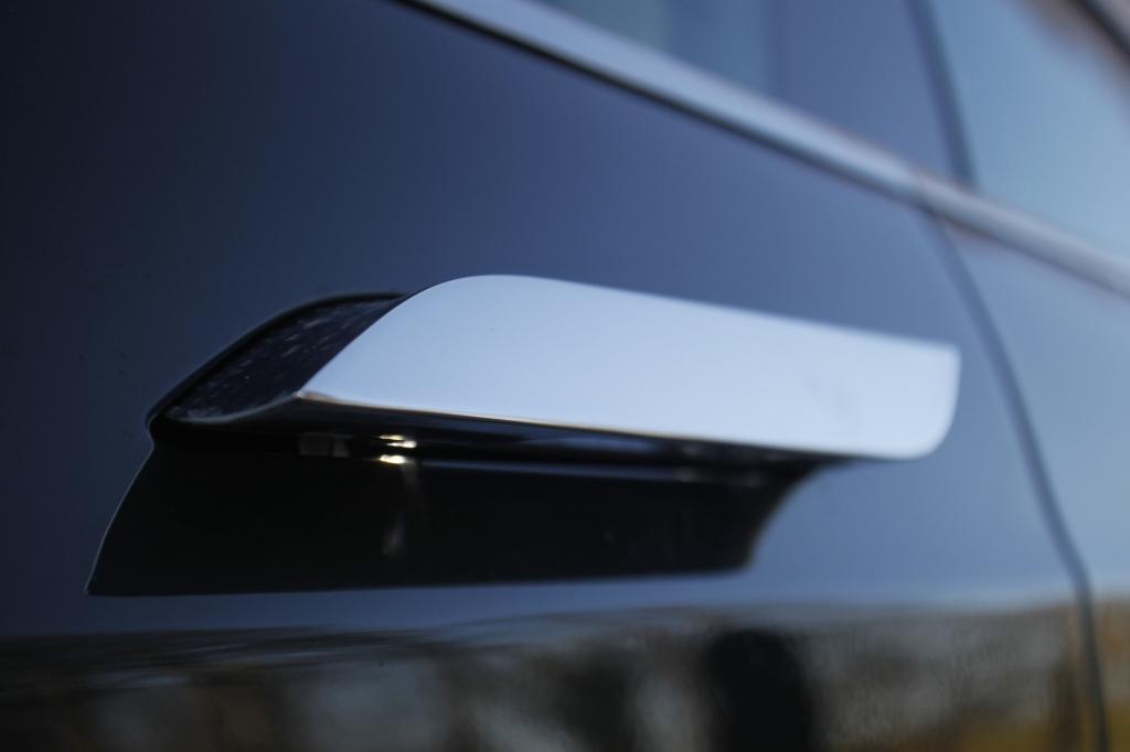 Håndtagene er integreret i døren, og kommer kun ud, når du nærmer dig bilen med nøglen i lommen. Det er Coolness så køligt, at jeg fryser blot ved tanken.