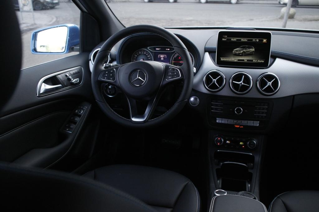 Kabinen oser af Mercedes-overskud, og er en af de lækreste i testen. Klassik, brugervenlig og i kvalitetsmaterialer.