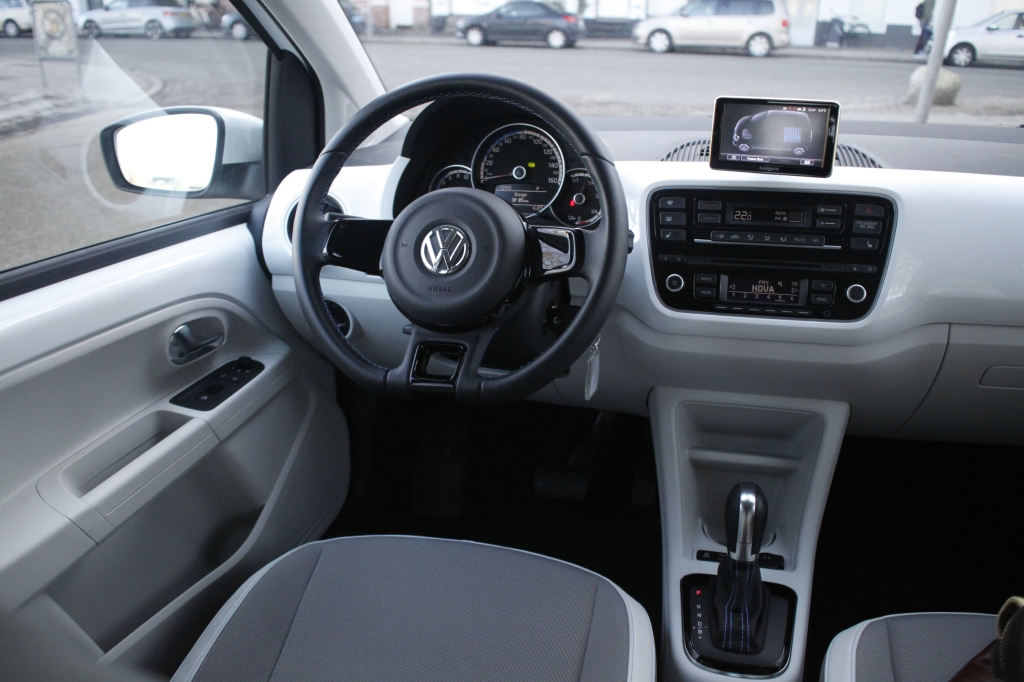 Klassisk Volkswagen. Stilrent, logisk og konservativ-elegant kabineindretning. VW e-Up er lige så let at betjene, som en radiobil i Tivoli.