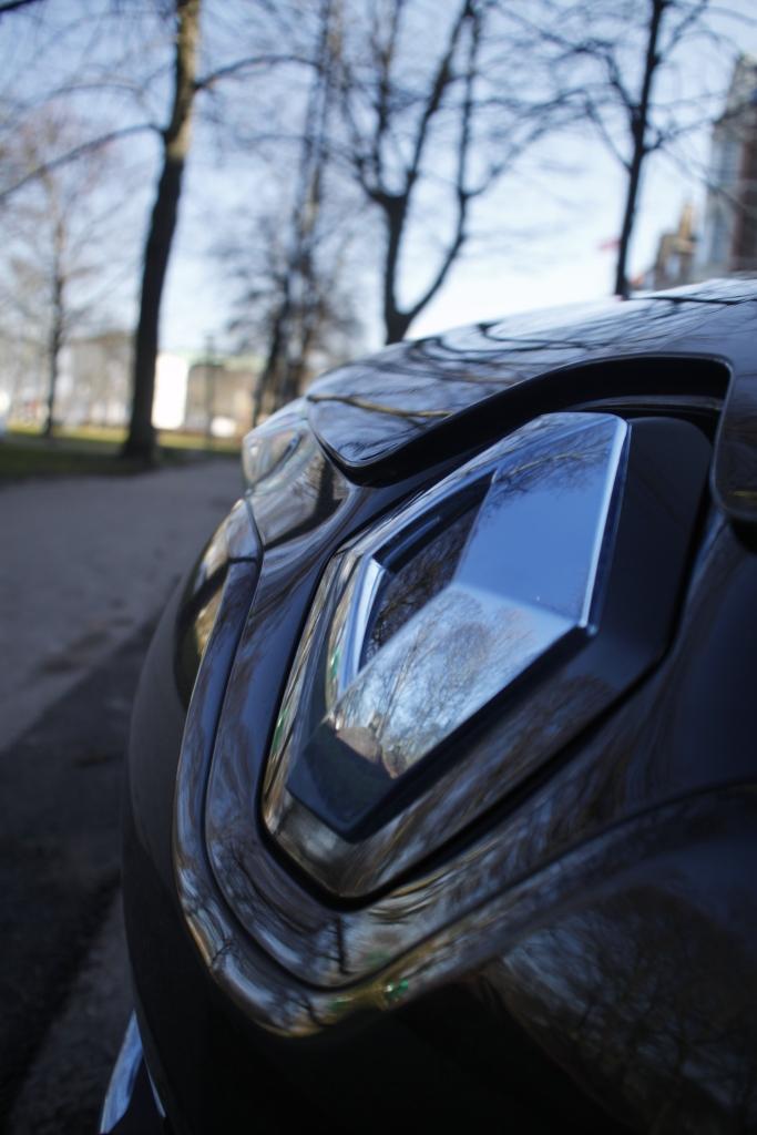Selv Renaultlogoet har fået en blå nuance, for at skrige el-bisl-budskabet ud til omverdenen...