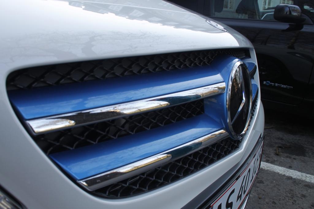 Farven blå signalerer el-bil, og alle testbilerne har blå designelementer. B-Klassen har blå sidespejle og kølergrill.
