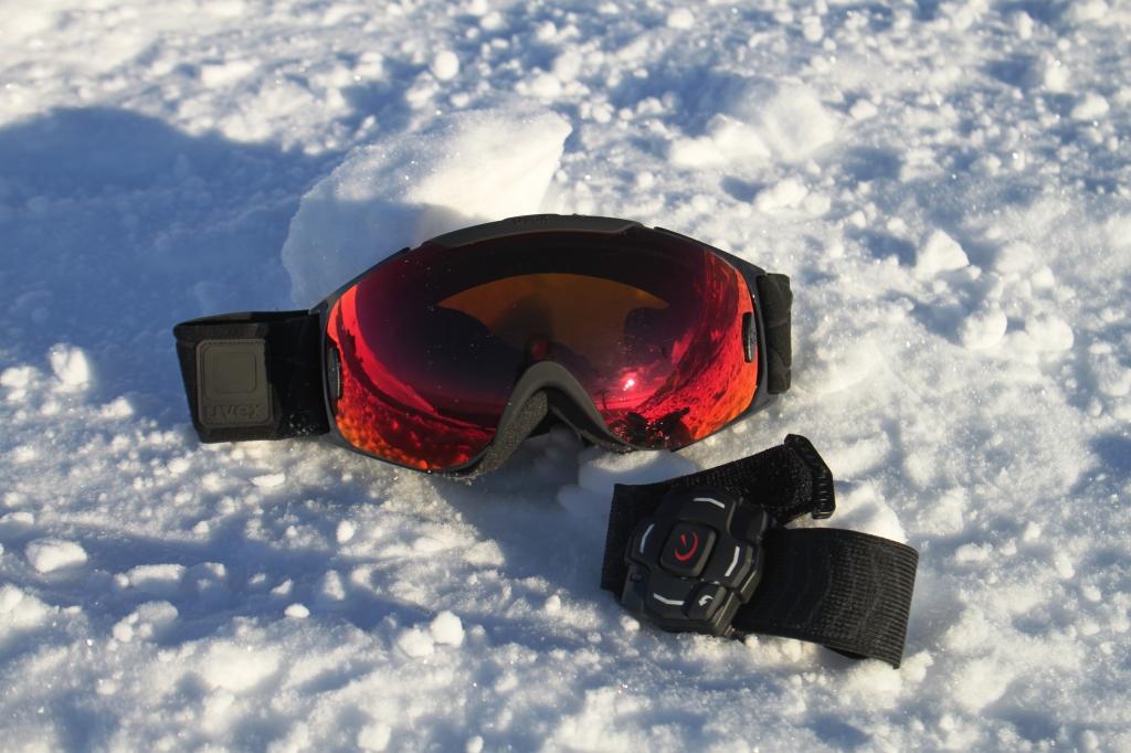 Recon Snow2  i sneen. Brillerne ligner et par almindelige skibriller, mens velkroarmbåndet fungerer som handkse-venlig styreenhed...