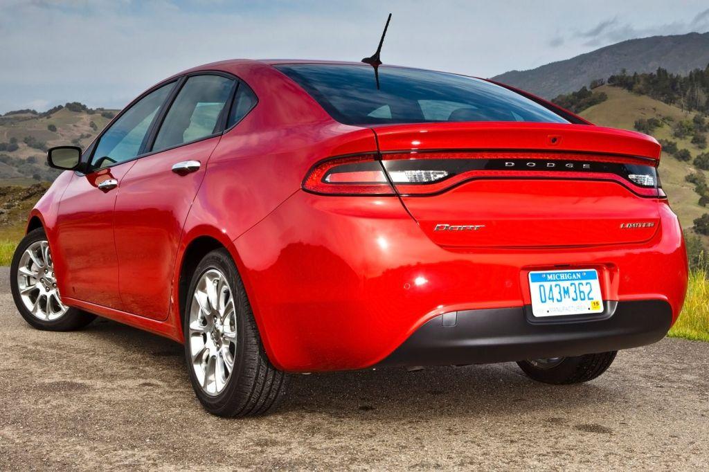 Bagfra fungerer Dodge Dart også fremragende, med LED-lysbåndet der kører hele vejen rundt om lygtebjælken, og er tæt på at være markedets fedeste bremselys...