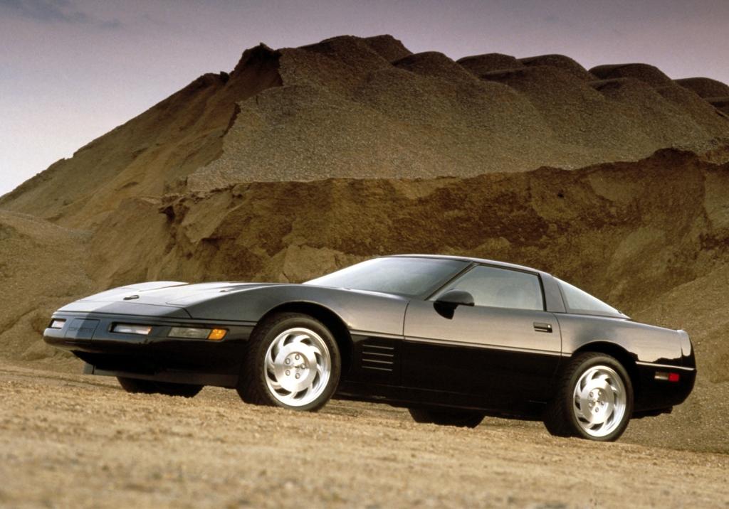 Corvette C4 er ren 80'er og bør kun køres med store skulderpuder i habitjakken og hyttesko.
