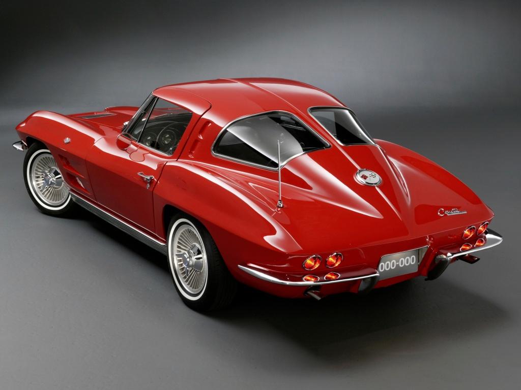 Corvette C2 er mere stram og stringent i sit design - med den karakteristiske to-delte bagrude.