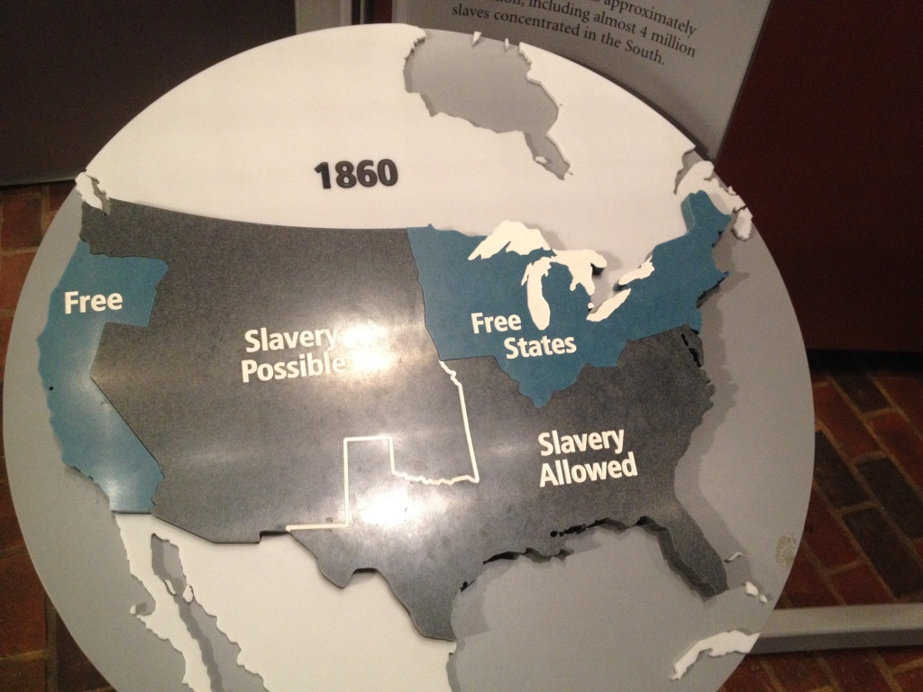 Borgerkrigen fra 1861 til 1865 skabte en del af de problemer USA står med i dag. Baggrunden for krigen var slaveriet. Skulle den nordlige eller den sydlige økonomiske model spredes til de nye stater i vest. Nord vandt, slaverriget blev ophævet og Syden har aldrig affundet sig med, at Washington påtvang dem deres syn på den sag. Ikke at sydstaterne ville have slaveri i dag. Langt fra. Men de hader ikke selv at kunne bestemme, og hader per definition centraladministrationen. Sådan sat på spidsen.