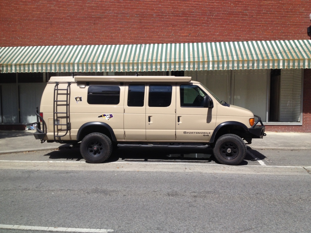 Skal du på camping? Så er det sådan en her, du skal have fat i. En Ford E-serie varevogn med 4X4 undervogn og terrændæk.