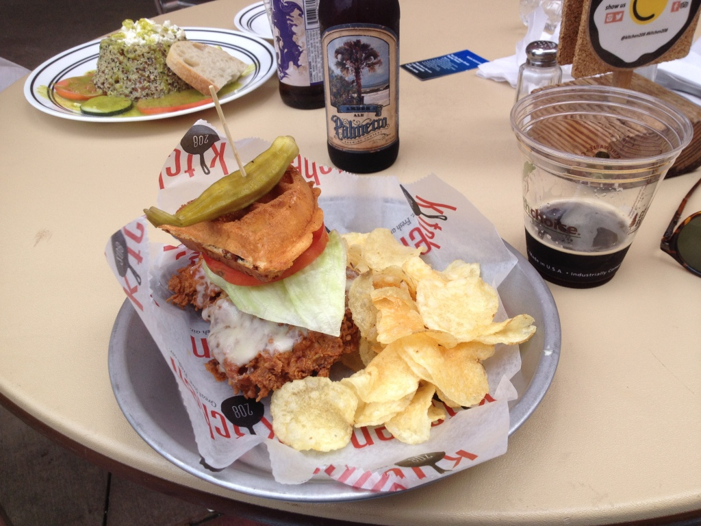 OG jeg holder mig ikke tilbage. En Vaffelburger med chips til. Hvorfor ikke? Vaffel er godt, kød er godt og chips er godt. Indrømmer gerne at jeg følte mig en anelse kvalm bagefter. Men det var godt hele vejen igennem indtagelses-processen.