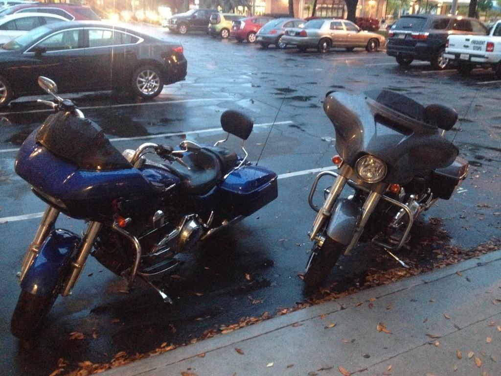 Den amerikanske roadtrip-drøm foregår på i sin mest kompromisløse udgave på sådan et par bad-boys her fra Harley-Davidson.
