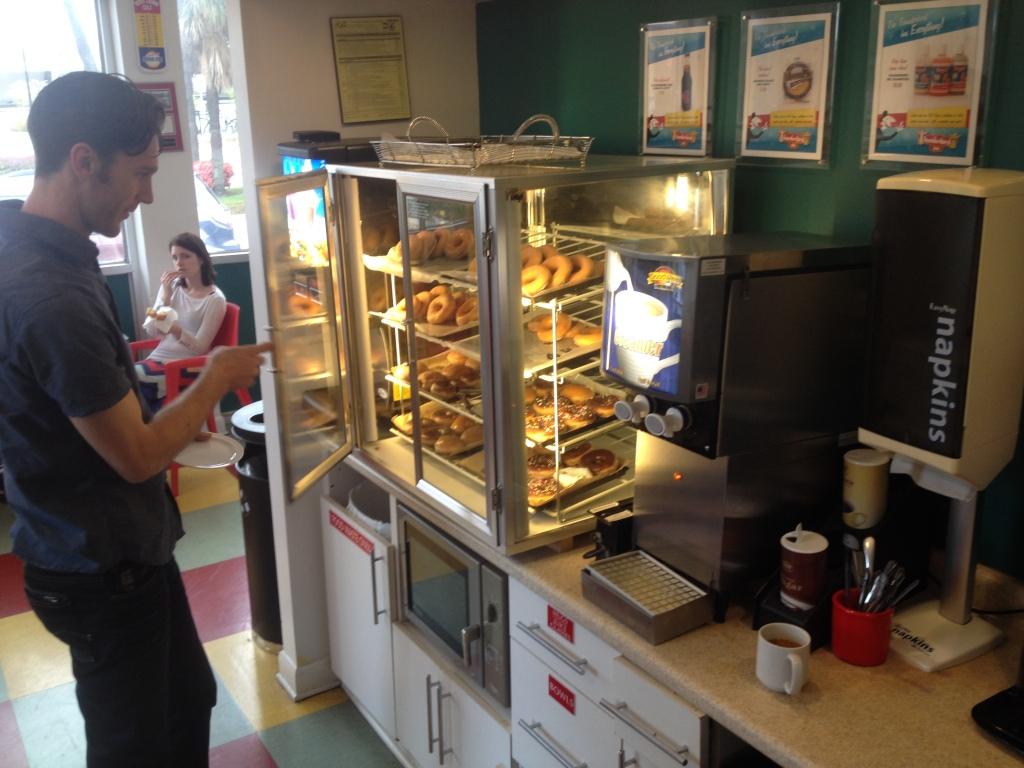 Morgenmad på Thunderbird Inn: Doughnuts og kaffe. For hvad mere har man brug for? Sukker, fedt og koffein. De bekymrede sundhedsapostle er sat skakmat.