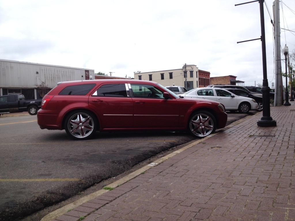 Skal vi gætte på at ejeren af denne vogn er sort? Yes sir. Og selvom den givetvis kræver et nyrebælte at kører på en ujævn vej, hvis ikke man vil tisse blod i dagevis, så er den faktisk forbandet cool!