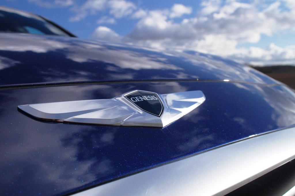 Genesis-logoet er det eneste der pryder fronten. Kun på bagsmækken står der Hyundai. et forsøg på at distancerer produktet en anelse for de praktiske minibiler, men Danmark er næppe klar til en Hyundai til plus 1 mio. kr. Også selvom den hedder Genesis og har et logo, der minder uhyggeligt meget om Aston Martins.