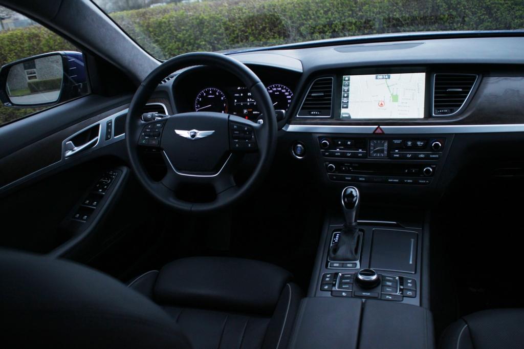 Selv kabinen spiller. Lækre materialer, stilfuldt design og alt det udstyr man finder i tyske luksusbiler som A6 eller BMWs 5-serie.