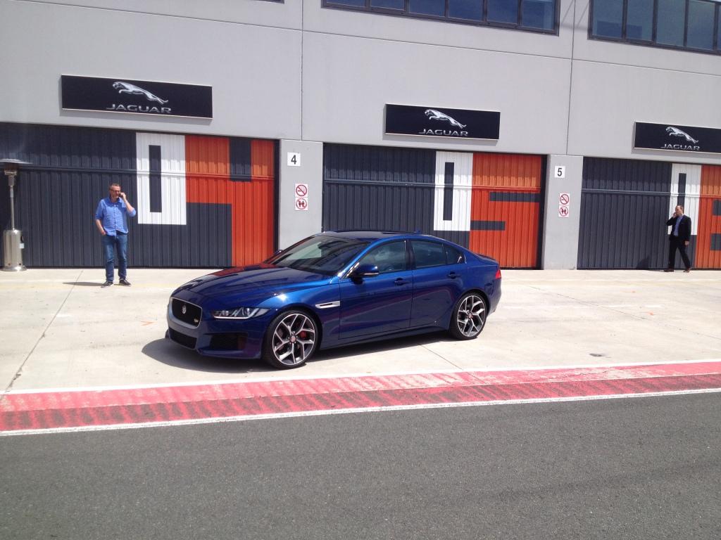 Jaguar XE på vej ud på Navarra racerbanen i Nordspanien.