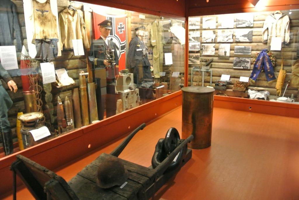 Tirpitz-museet i Kåfjord er af den gamle type. Med montre og ingen moderne interaktivitet. Kedeligt måske. Men for nørden er der så mange detaljer, at han eller hun kan slå timer ihjel, med at gå og kigge ind i de mange montre.