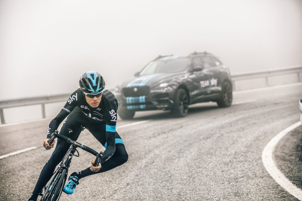 Her et PR-foto af Chris Froome foran den nye F-Pace på en bjergvej.
