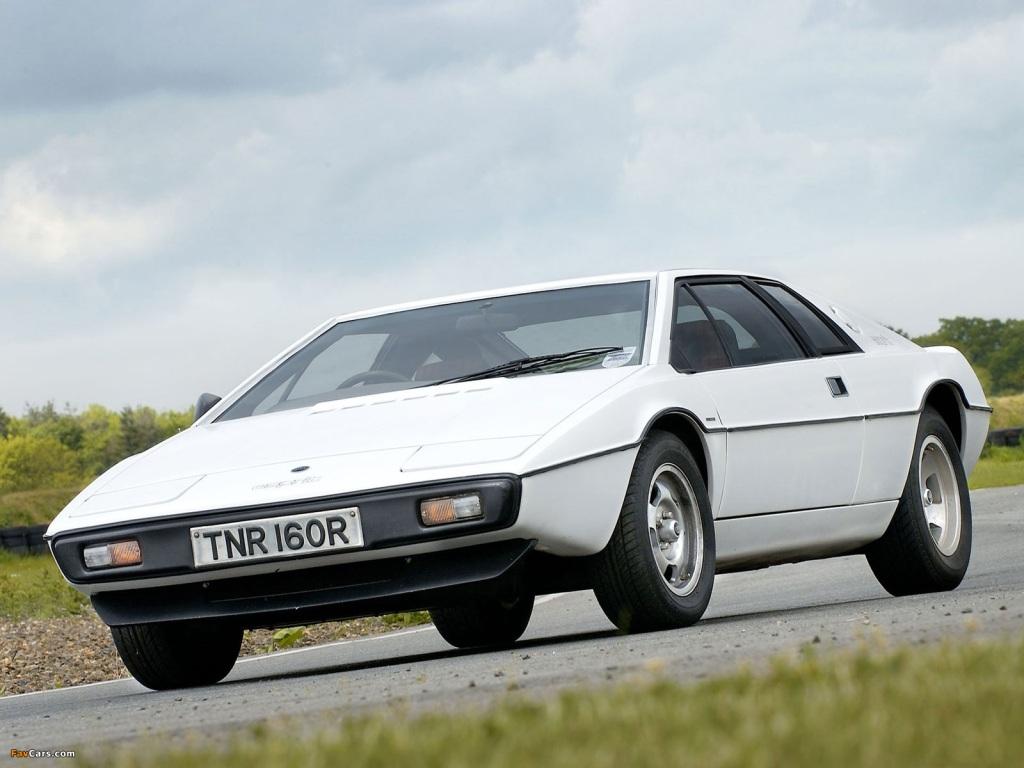 Engelske Lotus fik selveste Giugiaro til at tegne Lotus Esprit, og den blev en klassiker, der levede langt op i 1990erne. Men som med Countach, er det der rene originale design der er smukkest. I min optik.