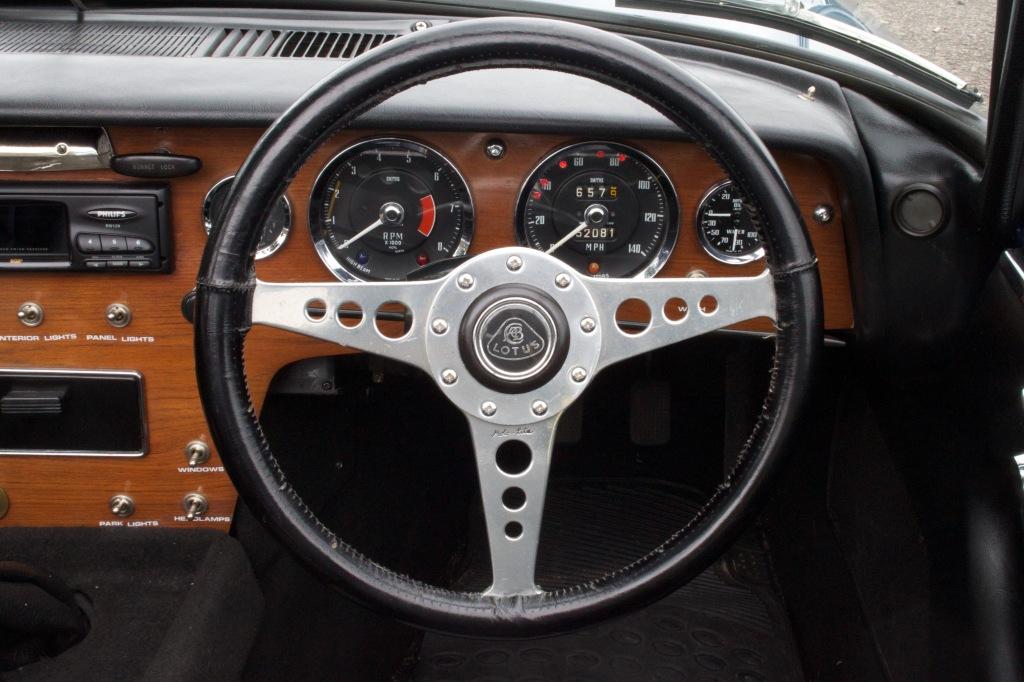 Sådan ser en kabine ud i en herrevogn fra 60erne. Et fladt instrumentbord med urene monteret i samme plane overflade. Det er høj klasse.