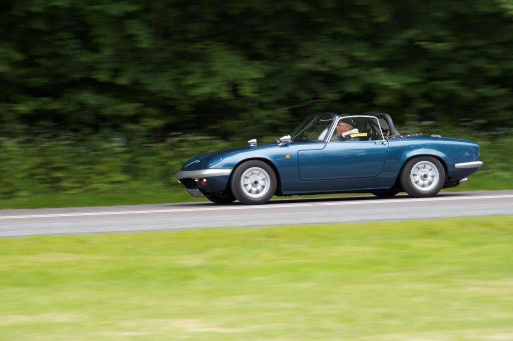 Den lille Elan er langt simplere end Ferrarien. Både at holde kørende og køre. Den er også mere underholdende på en snæver snoget vej, men den får aldrig italienerens prestige - og dermed fede prisstigninger.