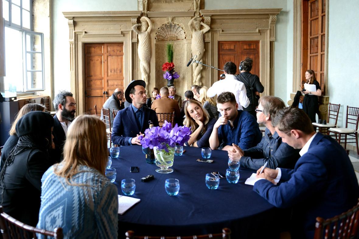 Jude Law under interviewseancen – med mig siddende travlt noterende nederst til højre.